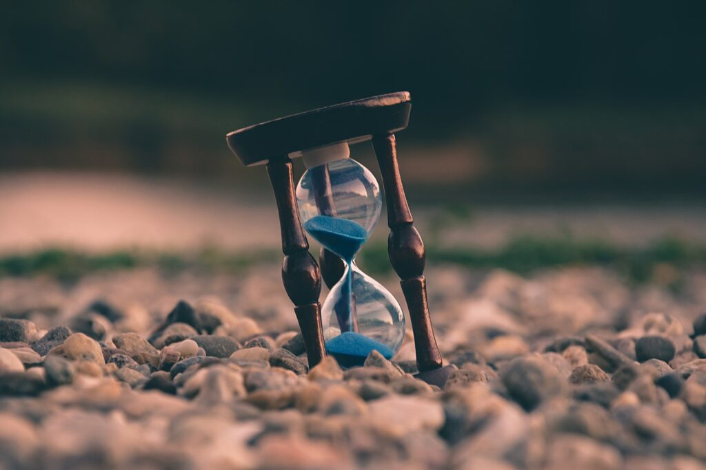 an hourglass to symbolise having no time when it comes to creating content marketing
